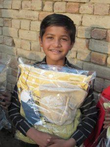 Jeden z podopiecznych Yaqooba z darowanymi ubraniami na zimę.