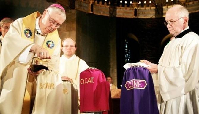 Biskup Norbert Trelle przygotowuje krzyżmo