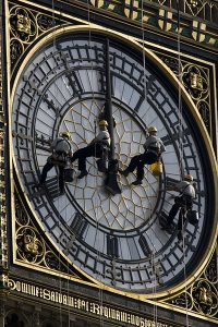 Cleaning Big Ben.jpg, źródło: Wikimedia commons