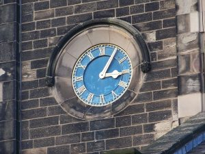 Clock at St James' church, Wetherby (March 2010).jpg, źródło: Wikimedia commons