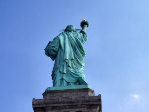 Liberty-statue-from-behind.jpg, źródło: Wikimedia commons