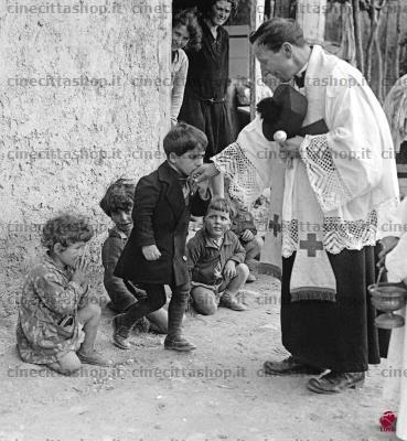 Chłopiec całujący dłoń księdza. Włochy 1929 r. Żródło: http://www.cinecittashop.it