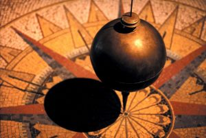 Foucault's Pendulum.jpg, źródło: Wikimedia Commons