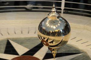 Mirrored Foucault Pendulum.jpg, źródło: Wikimedia Commons