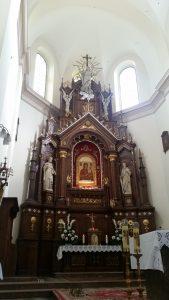W centralnym punkcie ołtarza znajduje się tabernakulum, a nad nim cudowny obraz; Po bokach widzimy figury św. Piotra (trzyma klucze) oraz Pawła (księga i miecz).