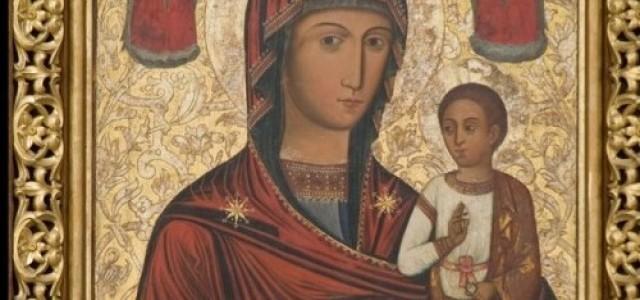 U stóp tronu Matki Bożej Płaczącej