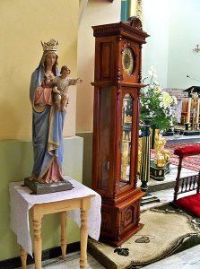 Kościół w Trzebosi - Maryja i zegar.jpg, źródło: Wikimedia Commons