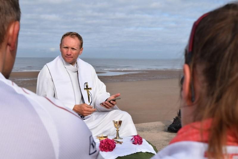 Ojciec Maniura podczas jednej z mszy http://niniwateam.pl/galeria/?gallery=115&nggpage=2