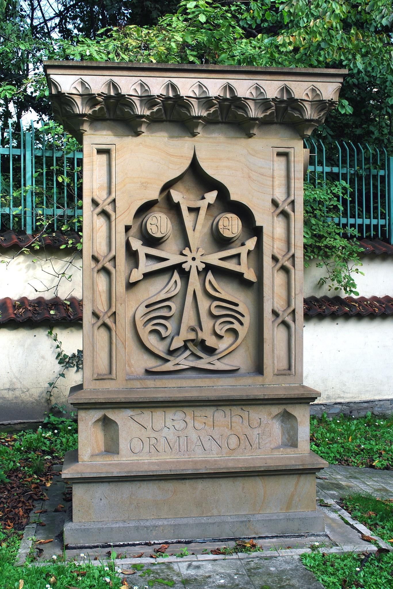 Chaczkar przy kościele św, Mikołaja - fot. Wikimedia Commons