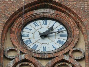 Kosciol sw. Stanislawa Biskupa Meczennika w Warszawie - zegar na wiezy.jpg, źródło: Wikimedia commons