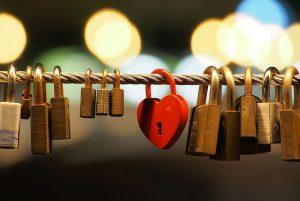 Love padlocks at Butchers' Bridge (Ljubljana).JPG, źródło: Wikimedia commons